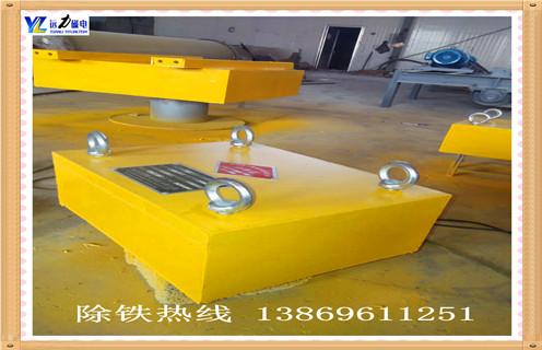 悬挂式永磁除铁器,1.RCYB-8型悬挂式永磁除铁器组成      由管道体,驱动装置,磁体运行装置,三大部分组成.驱动装置安装在管道壁上,通过链条,链轮,带动管道内磁体装置运转,永磁体将管道内物料中的铁磁性物质,通过出铁口排出管道.    2.RCYB-8悬挂式永磁除铁安装      串接于倾角50-70度的物料输送管道中,当物料流经除铁器时,其中的铁磁性物质被吸附在管道壁上,随永磁体的运动逐渐向除铁口方向运动,排出管道,实现铁与物料的分离.
