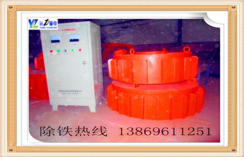 1.盘式电磁除铁器主要结构该机主要由电磁线圈,磁芯,磁极填料,接线盒等组成.  2.盘式电磁除铁器工作原理当在强磁场的磁场下通过直流励磁线圈的材料将在铁磁材料中混合时,继续吸起来,从而达到铁的目的. RCDB系列干式电磁除铁器(也称为PDC系列盘,RCDY系列)是一种用于去除除铁装置中的非磁性材料的粉末或块的类型.其内部使用电铸树脂,自冷却完全密封结构.具有较大的渗透深度,强吸力,防尘,防雨,腐蚀等特点,在极恶劣的环境下仍能可靠运行.主要性能指标达到或高于JB / T7689-95标准,该产品可与非磁性材料混合,去除0.1-25公斤的铁磁材料.  3.采用焊接密封结构,内部采用电铸树脂,使其具有防尘,防水的性能,绝缘强度高,散热性好,效率高.  4.保证磁场吸力性能(主要是IN)在增加线圈匝数的前提下,降低电流密度,从而大大降低热源使温度控制在70℃以内,延长了隔膜的使用寿命.广泛应于煤,电,水泥,建材等行业.  5.配备行走小车和其他设备,从而保证设备可以适应特殊要求的操作环境